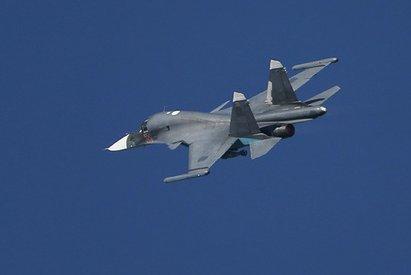 sverkhzvukovye-bombardirovshchiki-su-34-otrabotali-vozdushnyj-boj-v-st