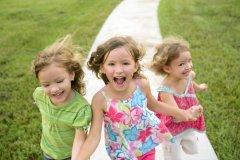 Пусть всегда будет детская улыбка! (Фото: tonobalaguerf, Shutterstock)