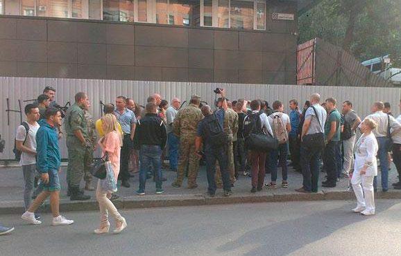 Возле здания «Интера» вновь собрались митингующие