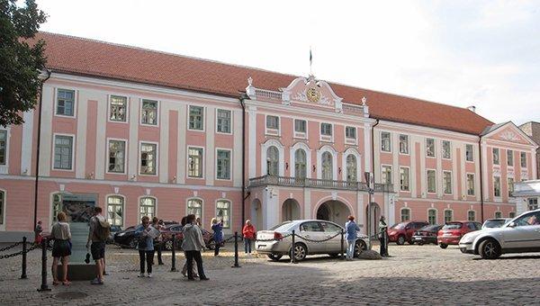 estonskie-fermery-vystavili-u-zdaniya-parlamenta-v-talline-10-tys-litrovyh-butylok-moloka
