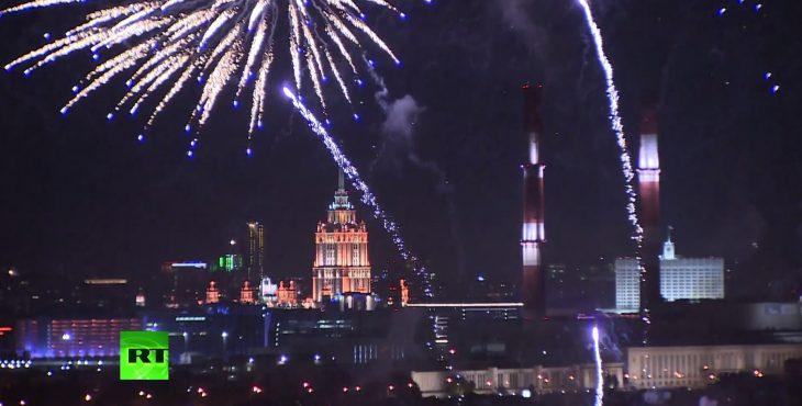 Москва, отмечает день города праздничным салютом. Видео прямая трансляция.