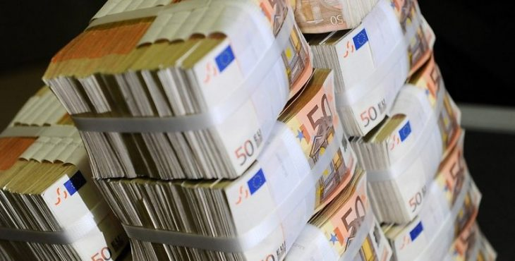 nauda-eiro-miljoni-naudas-pakas-47895557