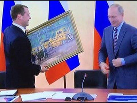 Путин поздравил Медведева с днем рождения и подарил ему картину «В цеху»