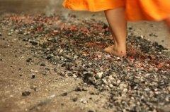 Жрецы ходят босыми ногами по раскаленным углям (Фото: Jan Cejka, Shutterstock)