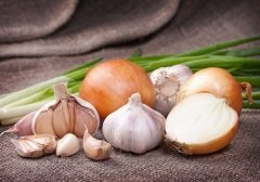 Считалось, что запах чеснока и лука пугает нечистую силу (Фото: Timmary, Shutterstock)