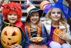 Дети наряжаются в костюмы чудовищ и ходят по соседским домам, требуя сладостей (Фото: YanLev, Shutterstock)
