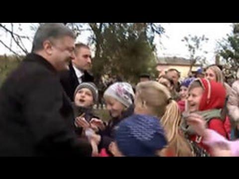 Будни украинской пропаганды: толпа восторженных школьников приветствует Порошенко