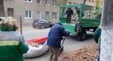 В Волгограде управляющая компания собирала мусор в российский триколор
