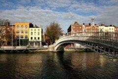 Арочный мост Полпенни на реке Лиффи в Дублине (Фото: Tupungato, Shutterstock)