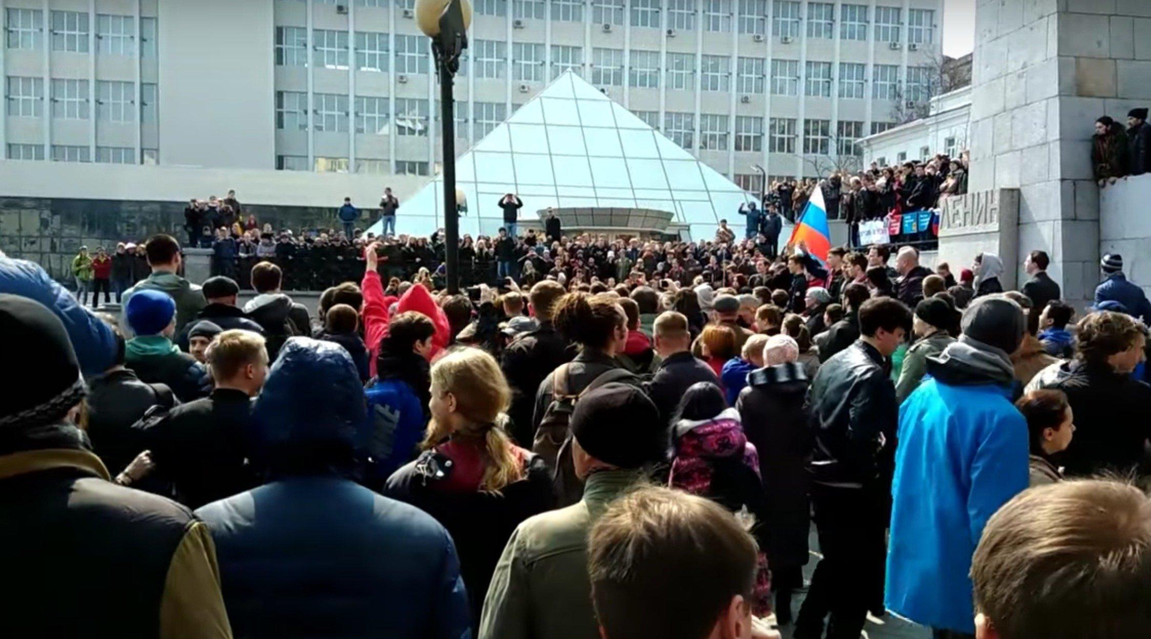 Навальный сидит,народ ходит против коррупции,полиция прессует: Главный лозунг-ПУТИН ВОР