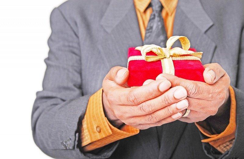 Как сделать чиновнику подарок