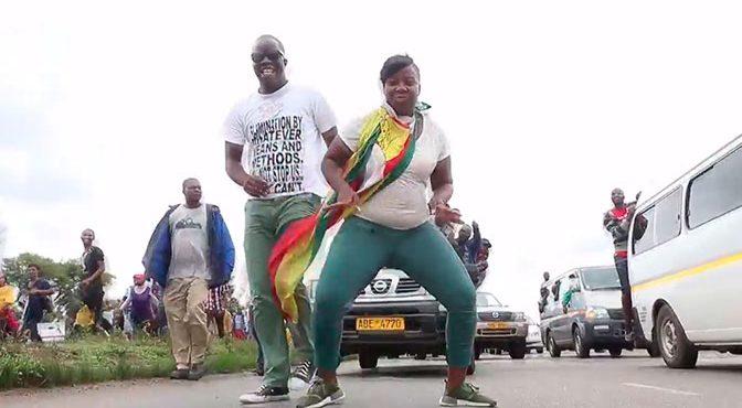 Депутаты Зимбабве отметили уход Мугабе танцами в парламенте: видео