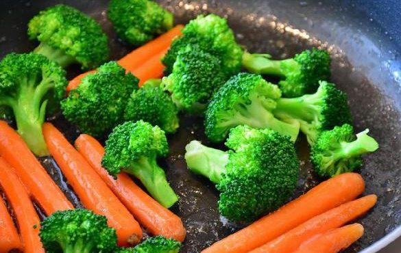 Названы овощи, которые лучше приготовить чем есть сырыми