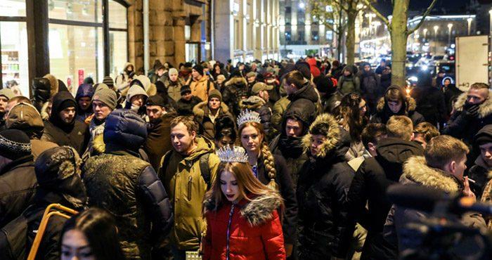 Старт продаж iPhone X. Прямая трансляция из очереди, последние новости, фото и видео.