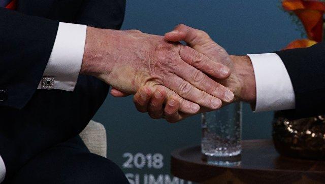«Бедный Дональд»: Макрон отомстил Трампу за крепкое рукопожатие