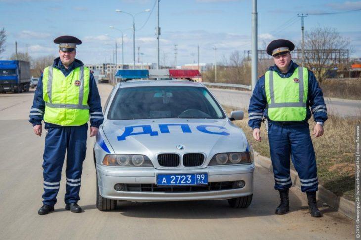 Тонны воды обрушились на головы инспекторов ГИБДД в Подмосковье (Видео)