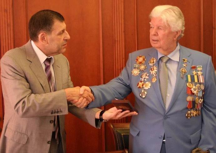 Аферист по наследству: отец Порошенко носит не свою награду