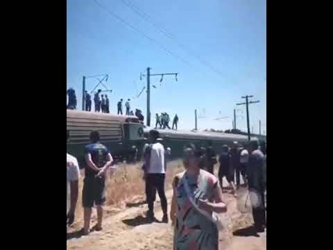 В Казахстане пассажирский поезд сошел с рельсов — Видео