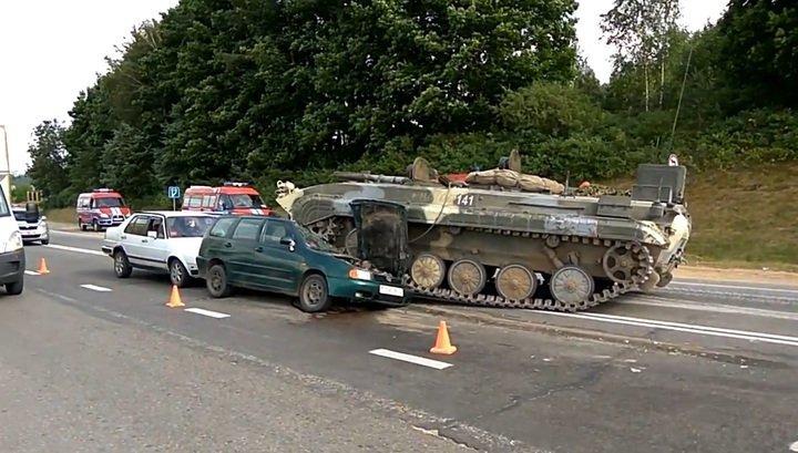 Боевая машина пехоты раздавила легковой автомобиль на трассе в Белоруссии. Видео