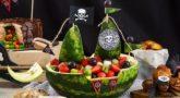 Корабль из арбуза с фруктовым салатом