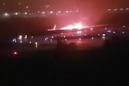 В Сочи при посадке развалился и загорелся самолет — последние новости, фото и видео с места события