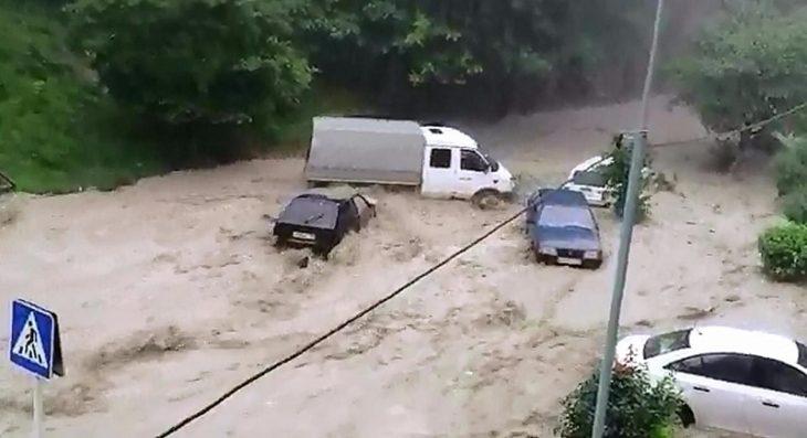 Ливень полностью затопил Туапсе и Сочи, инспектор ДПС спас десятки малышей — последние новости 26 октября, фото и видео с места событий