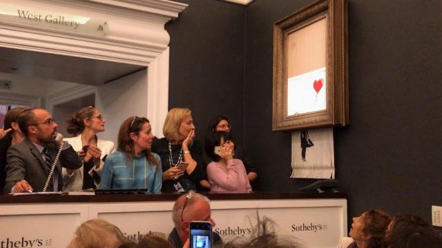 Бенкси сделал всех: Проданная за миллион фунтов картина Бэнкси самоуничтожилась прямо на аукционе — видео