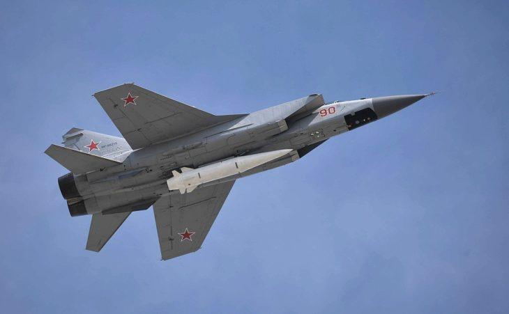 Взлёт МиГ-31К с гиперзвуковой ракетой «Кинжал», закреплённой в нижней точке подвески на корпусе истребителя-перехватчика.