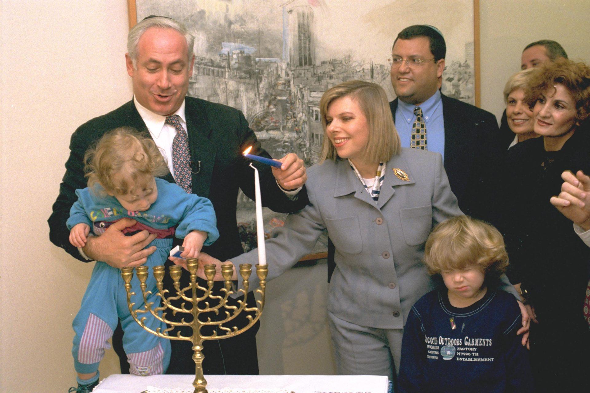 Странная привычка Сары Нетаньягу возить чемоданы с грязной одеждой по всему миру