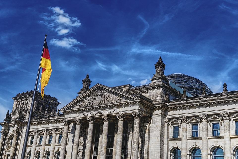 Депутатов в Бундестаге обязали носить маски