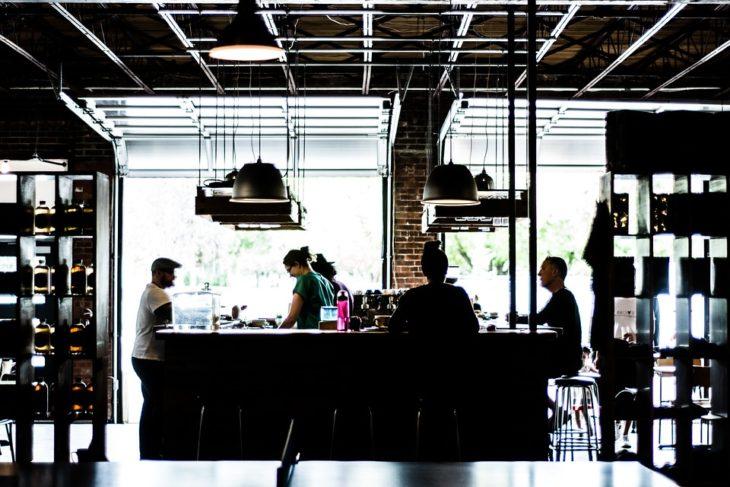 Москвичам объяснили ограничения работы кафе и ночных клубов