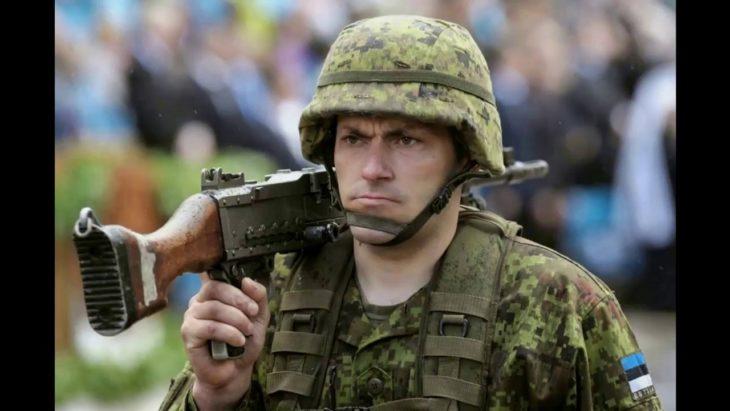 Эстонских школьников начали готовить воевать против русских