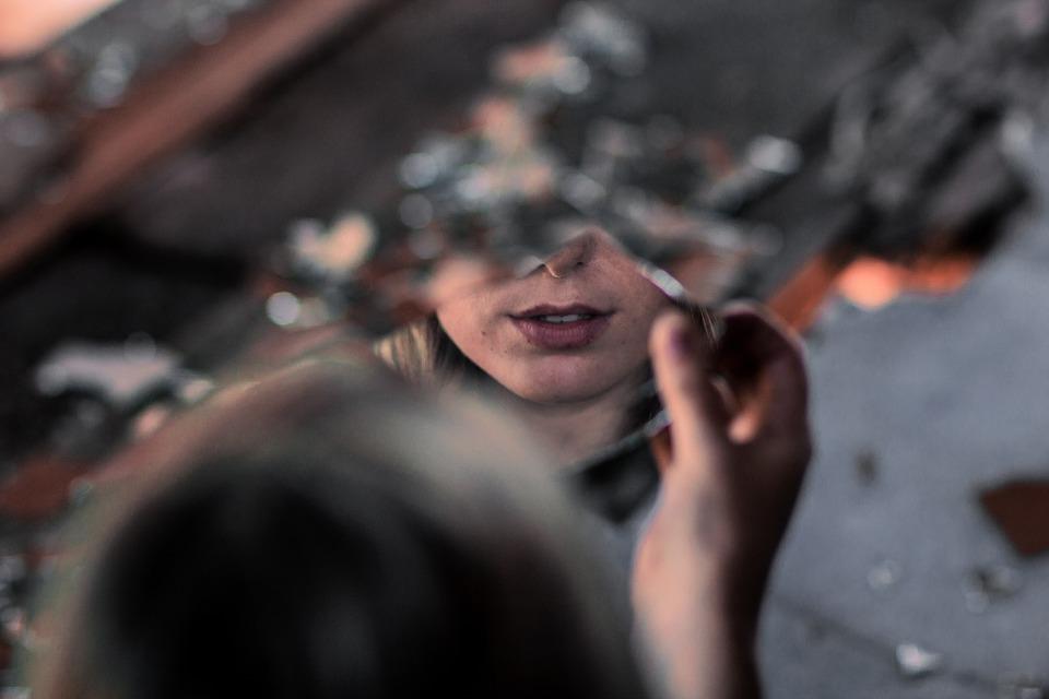 Зловещая примета: Почему нельзя спать напротив зеркала и ногами к двери