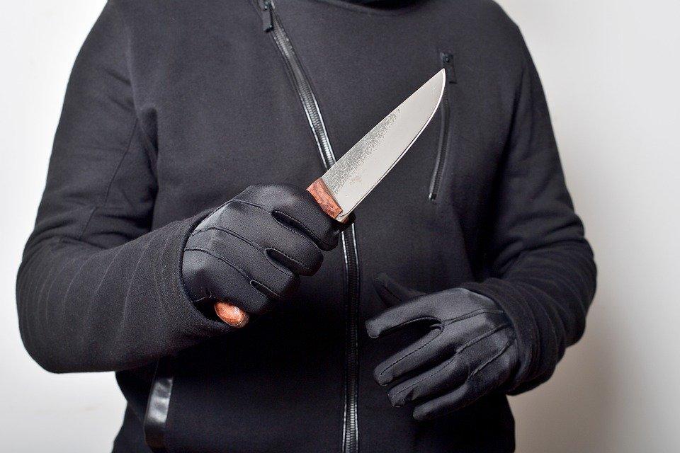 Неизвестный зарезал двух женщин и ранил ребенка в Подмосковье.