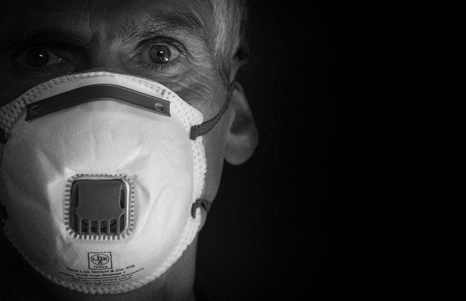 Врач рассказал, чем «ни в коем случае нельзя» лечить коронавирус  